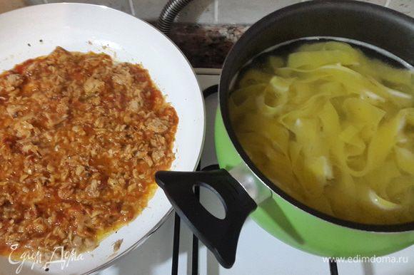 """Папарделле отвариваем до состояния """"аль денте"""" в подсоленной воде. Тунец разминаем вилкой, выкладываем в сковороду и прогреваем. Если тунец в собственном соку, то добавляем немного оливкового масла. Затем добавляем томатный соус, немного солим, перчим, добавляем сушеный базилик, перемешиваем и прогреваем несколько минут. Добавляем мелко нарубленную петрушку."""