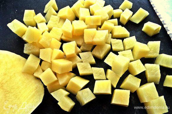 Картофель сырой нарезать на кубики.