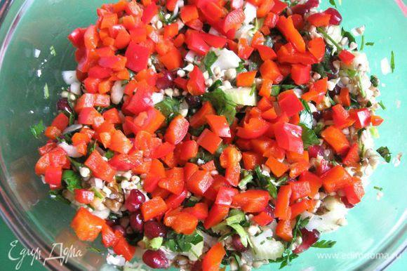 Перец запечь в фольге (20 минут в духовке при 180С), остудить, порезать небольшими кусочками. Добавить к салату. Перемешать.