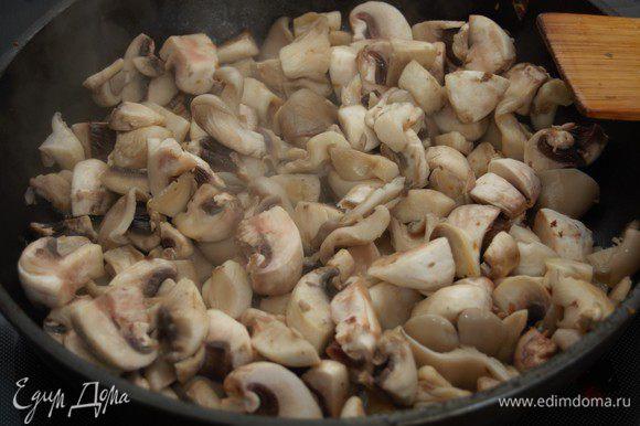 Грибы вымыть, нарезать произвольно. Поставить сухую сковороду на сильный огонь, дождаться, пока она как следует нагреется. Выложить в сковороду грибы, обжаривать на сильном огне до полного испарения влаги. Затем огонь уменьшить, добавить немного оливкового масла и довести грибы до приятного золотистого оттенка.
