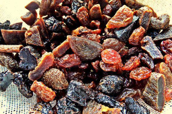 Сухофрукты тщательно промыть, нарезать при желании на кусочки. С добавками важно не переборщить, чтобы они не преобладали и не потерялся вкус ржаного хлебушка. И надо учесть, что сухофрукты разбухают.