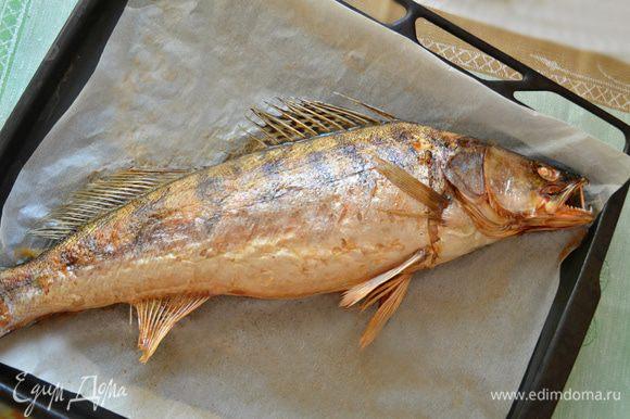 Отправить рыбу в духовку, нагретую до 180 г запекаться на 1 ч. После запекания дать судаку остыть. Нитки аккуратно вынуть.
