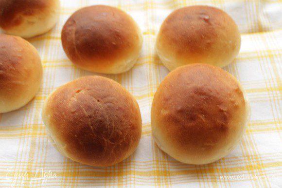 Разогреть духовку до 180 градусов и выпекать пончики 15-18 минут до румяного цвета.
