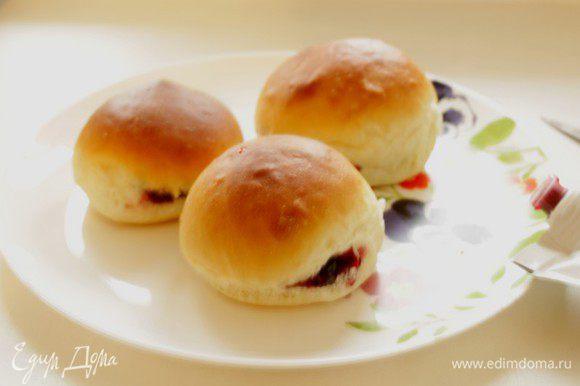 Затем охладить пончики на противне и начинить их джемом.