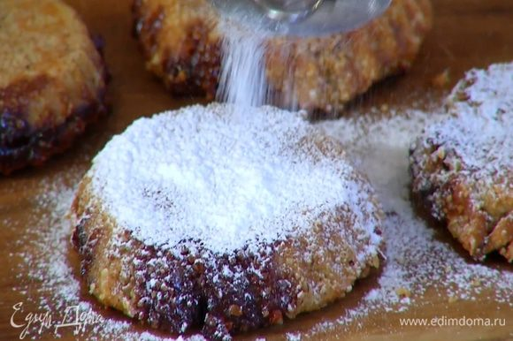 Готовый десерт слегка остудить, вынуть из формочек и посыпать сахарной пудрой.