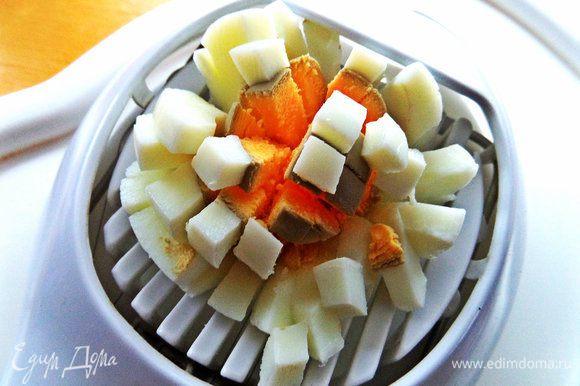 Яйца отвариваем ещё с утра, чтобы были охлаждённые. Тут тоже 2 варианта: покрошить их сразу или потом, при подаче.
