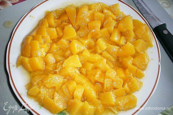 Для пропитки смешиваем персиковый сироп с коньяком, пропитываем коржи при помощи чайной ложечки или силиконовой кисточки. Персики нарезаем мелким кубиком.