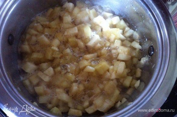 Яблоки нарезать кубиком сбрызнуты лимонным соком что бы не потемнели, на греть в сотейнике 3 ложки меда, добавить яблоки, тушить 10 минут в конце добавить щепотку корицы, если Ваши яблоки очень кислые можно добавить 1 ст. л. сахара. Откинуть на дуршлаг, жидкость собрать, дать остыть.