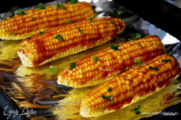 Смазать кукурузу с маслиничным барбекю соусом. Посыпать зеленью. Готовить в режиме бройл в духовке или в горячей духовке 200 гр. 5-10 минут. Либо на разогретом гриле.
