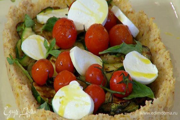 Украсить кростату листьями базилика и сбрызнуть оставшимся оливковым маслом.