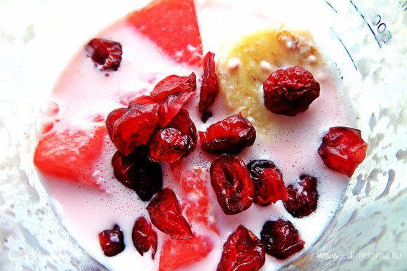 Кидаем горсть клюквы или других ягод, можно прямо замороженных.