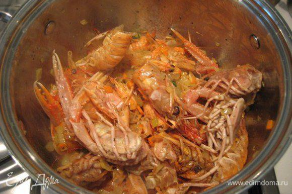 Добавить головы и панцири лангустинов (креветок), готовить 3-4 минуты помешивая. Влить вино, увеличить огонь, дать алкоголю выпариться. Влить воду, довести до кипения, уменьшить огонь и готовить 20-25 минут.