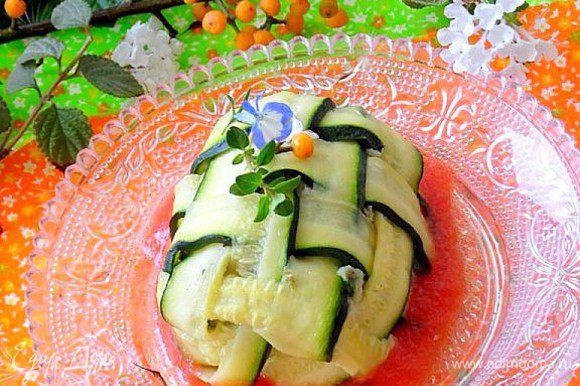 Выложить соус на тарелку, затем готовые мешочки цукини, украсить зеленью. Приятного аппетита!