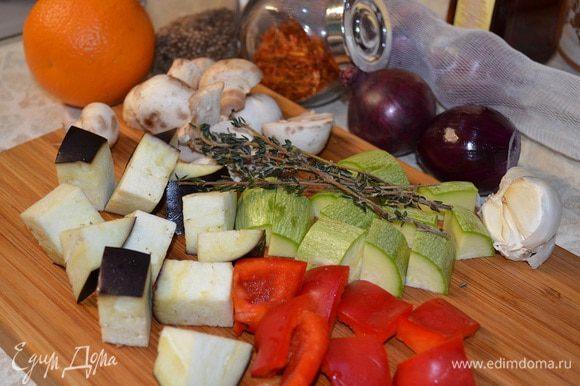 Нарезать овощи крупным кубиком. Лук нарезать кубиком, притушить в оливковом масле на маленьком огне. Добавить раздавленный чеснок.