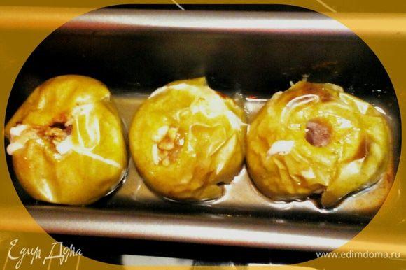 Ставим в нагретую до 200° духовку - у меня электрическая (смотрите по своей духовке, чтоб не горели! Можно на 180, тогда печь подольше) и выпекаем 20-30 мин. Я люблю очень мягкие, как пюре, печеные яблочки (и даже если они растрескивается сильно). Эти на фото не консистенции пюре, конечно же; я достала, пока яблочки ещё форму не потеряли. Запах... ммм! Приятного аппетита!
