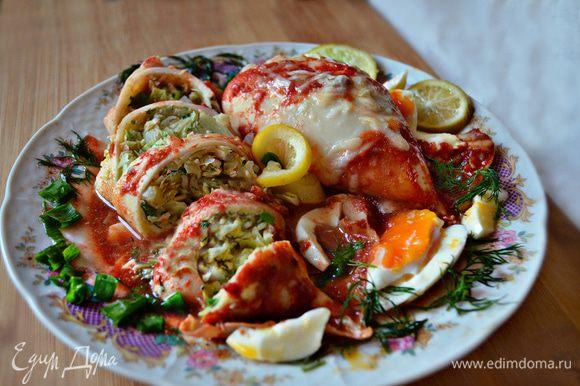 Нарезать тушки кальмаров кусочками толщиной 2 см, выложить на тарелку и полить томатным соусом. По желанию блюдо можно украсить лимоном и зеленью. Приятного вам аппетита!