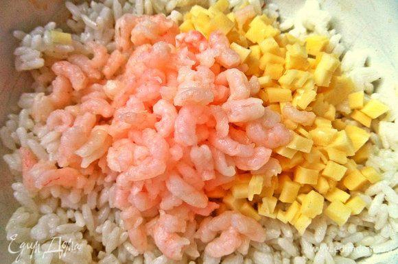 В рис высыпаем сыр, креветки.