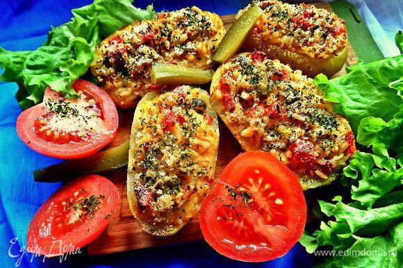 Подаём в горячем виде со свежей зеленью и овощами.