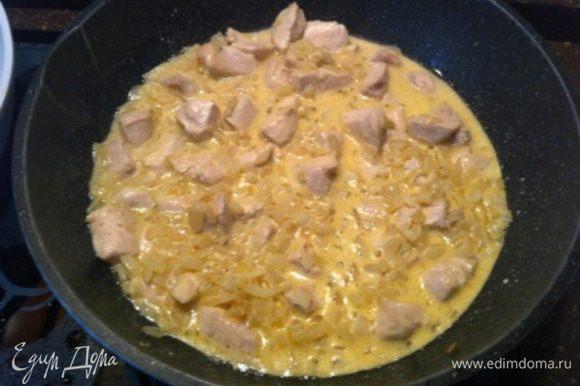 Добавить сливочно-луковый подлив в курицу, закрыть крышкой и тушить на медленном огне 20 минут.