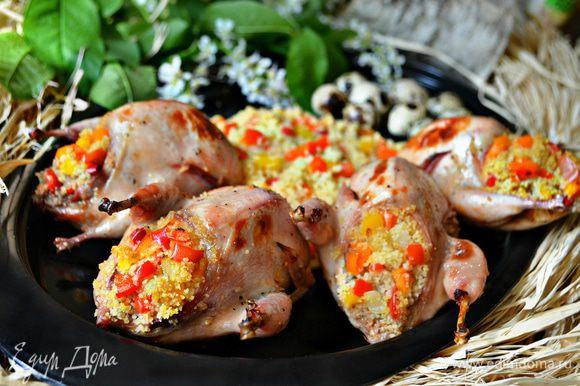 Подавайте перепелов горячими с оставшимся кускусом и овощами. Приятного вам аппетита!
