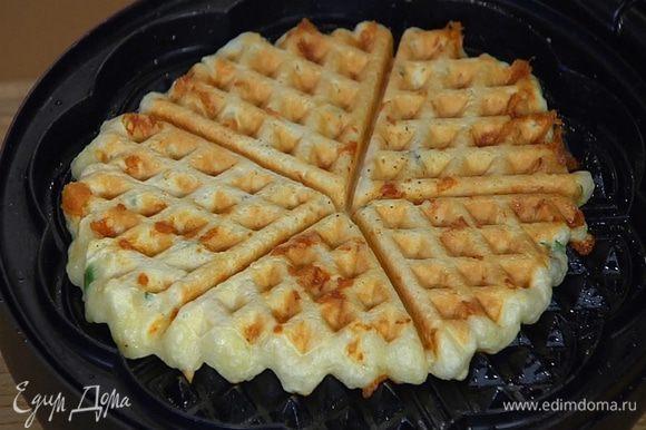 Вафельницу разогреть, кисточкой смазать оливковым маслом и, выкладывая в центр небольшое количество теста, испечь вафли.