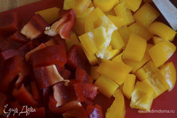Пока суп доваривается нарезаем болгарский перец крупными кусочками. У меня перец 2 цветов: желтый и красный.
