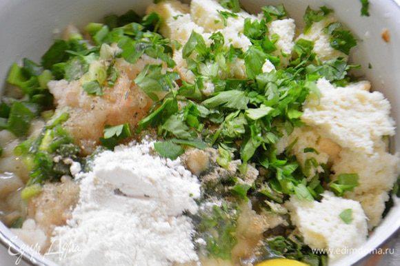 Рыбу мелко нарезать или прокрутить через мясорубку. У хлеба срезать корки и замочить его в бульоне. В миску выложить рыбное филе, отжатый мякиш, рубленный лук и петрушку, соль, яйцо, приправу для рыбы, сок лайма и муку. Перемешать хорошо.