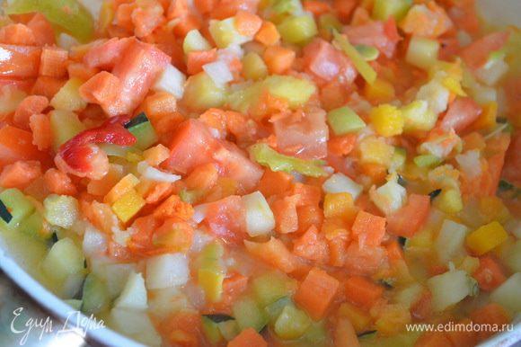 Картофель и морковь обжарьте на оливковом масле до золотистой корочки. Добавьте тыкву, томат, цукини и перец. Обжаривайте еще несколько минут и добавьте брокколи и горошек. Все хорошо перемешайте, добавьте соль, перец.
