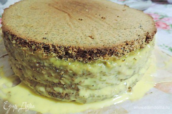 Для верхнего яруса мой выбор пал на нежнейший маковый торт с заварным сливочным кремом. Пошаговый рецепт тут http://www.edimdoma.ru/retsepty/51367-nezhneyshiy-makovyy-tort-s-zavarnym-slivochnym-kremom. Обратите внимание, что я уменьшила количество ингредиентов для бисквита, так как использовала форму 18см в диаметре. Кроме того я очень спешила и не дала торту как следует пропитаться кремом, на фото видно, что крем немного потек, когда я сняла кольцо.