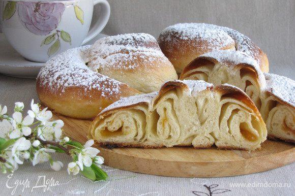 Остывшие булочки присыпать сахарной пудрой. Наливать чай и наслаждаться! Приятного чаепития!