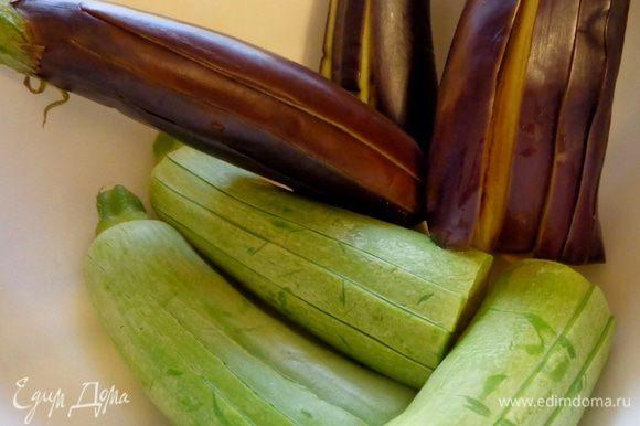 На несколько минут поместить овощи в кипящую подсоленную воду (соль по вкусу). Вынуть, дать стечь воде и охладить.