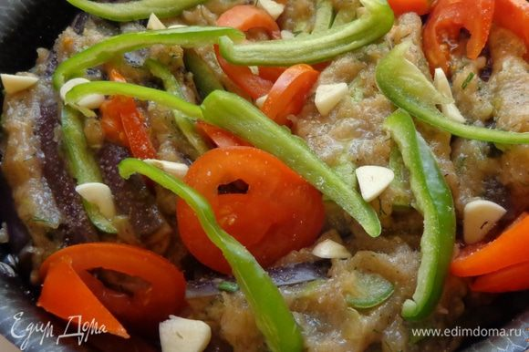 Сделать кебабы: между пластинами баклажанов и кабачков уложить фарш, помидоры и перец. Положить их в сковороду на вторую половину обжаренных овощей. Сверху положить оставшиеся помидоры и перец.
