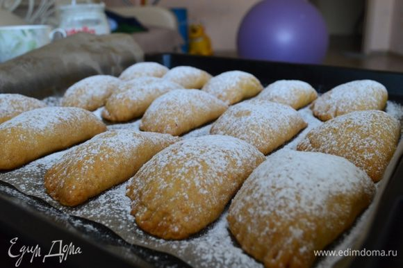 Вынуть печенье из духовки, дать полностью остыть и щедро посыпать сверху сахарной пудрой.