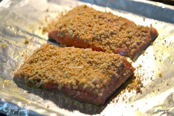 Посыпать сверху панко крошкой, слегка прижать пальчиками. Поставить в духовку на 15-20 мин или до готовности рыбы.