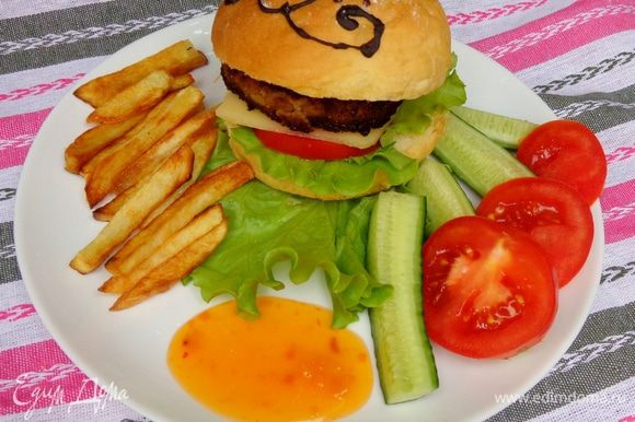 А теперь делаем гамбургер как обычно - с салатом, помидором, сыром и котлеткой. Приятного аппетита!