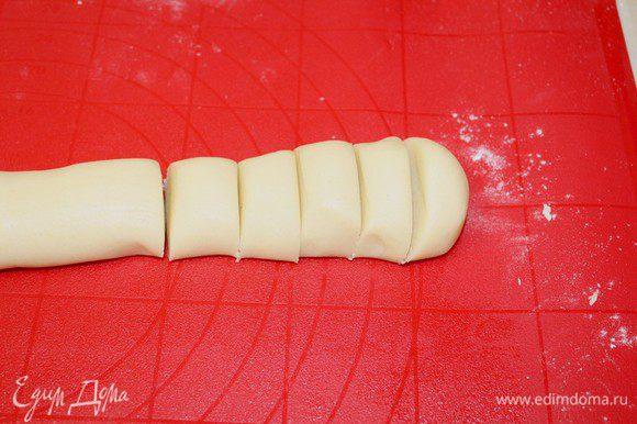 Из теста сделать колбаску, нарезать на порционные кусочки.