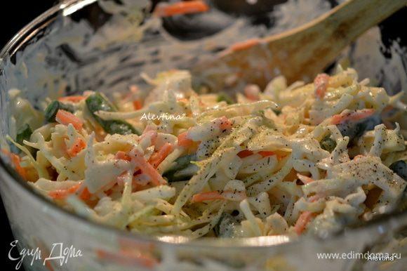 Заправить салат, посыпать свежим или сушеным эстрагоном. Дать постоять и подать к столу, посыпав солью и черным перцем. Приятного аппетита.
