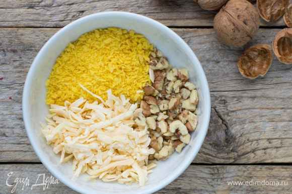 Перемешать сыр, орехи и сухую хлебную крошку (сухари), добавить молотый мускатный орех.