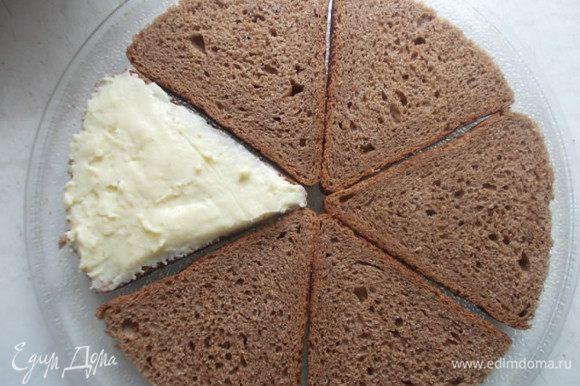 Каждый кусочек хлеба смазываем плавленным сыром.