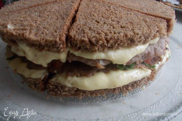 Еще слой мяса и сверху укладываем такой же слой хлеба, только уже смазанной стороной во внутрь. Прижимаем с верху тарелкой, чтобы выровнялся и отправляем на полчаса в холодильник.