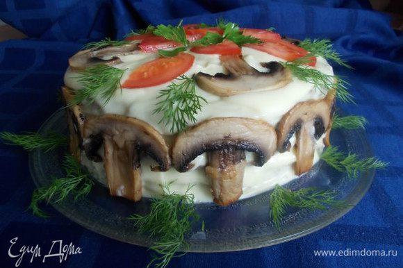 Затем смазываем нашим пюре весь торт, украшаем обжаренными пластинками шампиньонов и порезанными помидорами с зеленью.