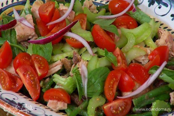 Украсить салат листьями базилика и замаринованным луком, сбрызнуть оливковым маслом и лимонным соком.