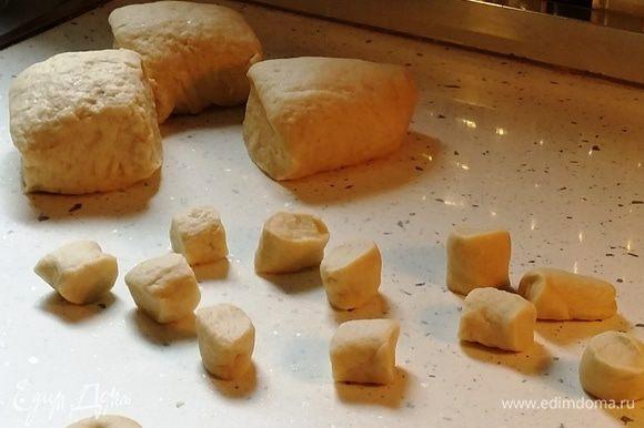 """Отделить примерно 1/8 теста, раскатать в тонкий жгут (толщиной примерно с палец), нарезать на маленькие кусочки. Из каждого кусочка руками на столе скатать колбаску, а из нее слепить бублик, соединив и залепив края. На этом этапе можно пригласить ваших детей. Мой четырехлетний сын, например, с удовольствием лепит из теста """"червячков"""", превращая их в бублики-баранки (его сушки можно узнать на фото по """"не очень ровной"""" форме)."""