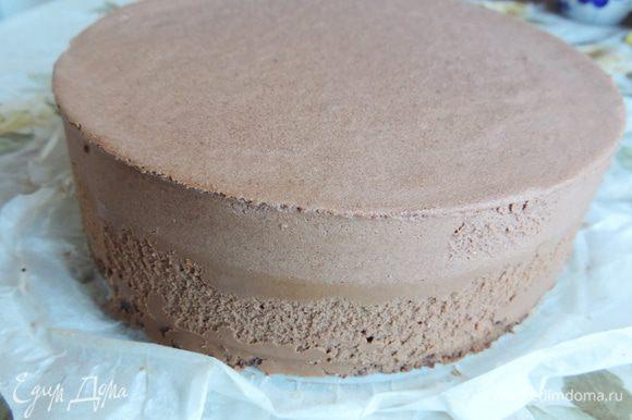 Бока формы обдуваем феном и снимаем кольцо с замороженного торта.
