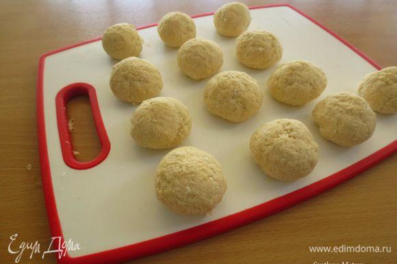 Замесить творожное тесто. Разделить его на равные части, сформировать шарики (колобки).