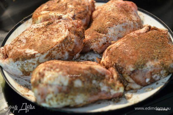 Курицу разрезать на части или берем уже готовые куски, например, куриные бедрышки. Обсыпать со всех сторон куриные кусочки отложенной смесью. Дать постоять 15 мин.