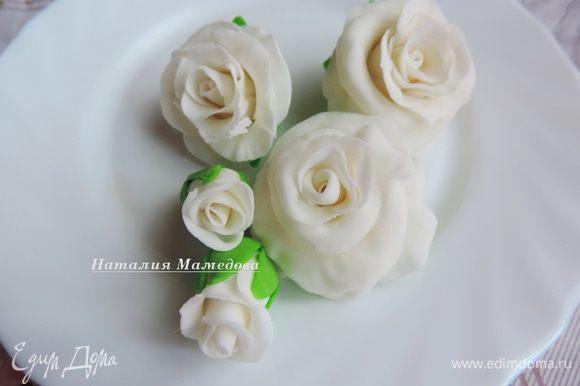 Заранее я подготовила белые розы из мастики.