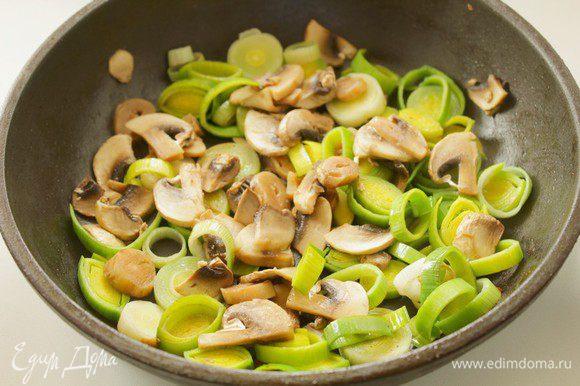 В сковороду, где готовились фрикадельки, выложить порезанные лук и грибы, немного пассеровать их.