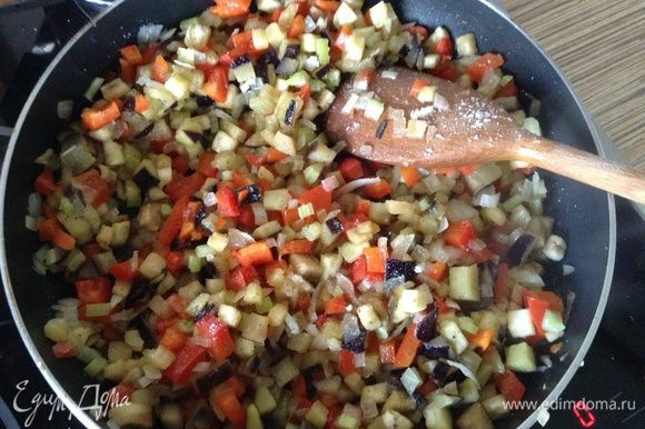Обжарить овощи минут 7-10 до мягкости, добавить специи по вкусу.