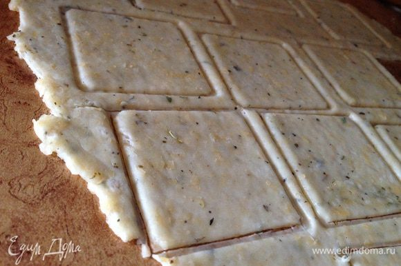 Нарезать тесто на прямоугольники или по желанию любой формы. Я часть сделала прямоугольной формы, а часть вырезала формой для печенья.